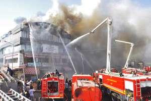 Jóvenes saltaron de edificio para escapar de las llamas en Surate. Foto: AFP