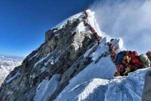 Nepal emitió 381 permisos para escalar el Everest esta primavera, a un coste de US$11.000 cada uno.
