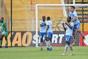 Moisés Corozo carga a uno de sus compañeros tras su gol.