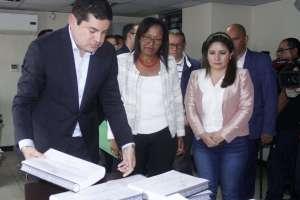 Los nuevos funcionarios recorrieron las instalaciones del CPCCS y reclamaron falta de documentación. Foto: CPCCS