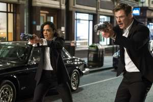 "Tessa Thompson y Chris Hemsworth en una escena de la pel cula ""Men in Black: International"". Foto: AP"