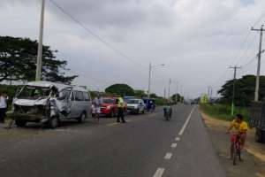 YAGUACHI, Ecuador.- Ambos ocupantes de la furgoneta resultaron heridos. Foto: CTE