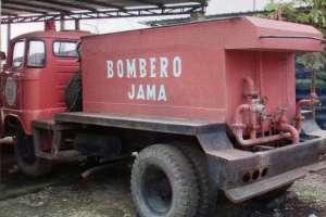 En el cantón Jama, los bomberos se instalaron en una choza de caña sobre tierra. Foto: Captura