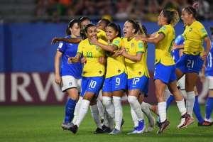 Jugadoras de Brasil celebran su paso a octavos.