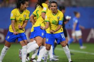 Marta (10) festejando su gol a Italia.