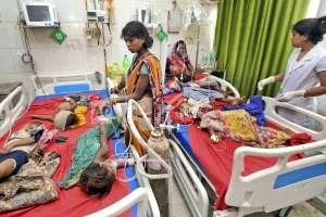 Niños con síntomas de encefalitis aguda son atendidos en el hospital universitario Sri Krishna de Muzaffarpur, Bihar. Foto: AP