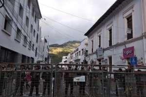 Decenas de policías custodiaban los exteriores de la Corte Provincial de Imbabura. Foto: INREDH
