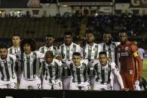 Jugadores de América de Quito, previo a un duelo.