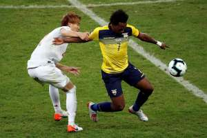 Romario Ibarra ante la marca de un jugador de Japón.