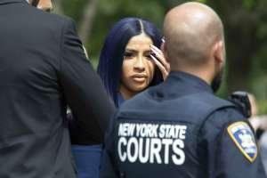 NUEVA YORK, EE.UU.- La rapera Cardi B sale de la corte penal del condado de Queens. Foto: AP