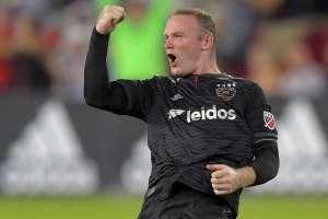 Rooney festeja su tanto con el puño cerrado.