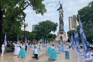 Cientos de estudiantes de 9 planteles educativos acompañados de bandas musicales. Foto: Ecuavisa
