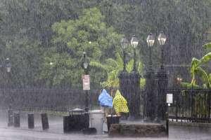 Las autoridades emitieron el lunes advertencias de posibles inundaciones. Foto: AP