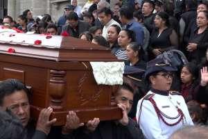 RIOBAMBA, Ecuador.- Familiares, amigos y autoridades despidieron al funcionario.