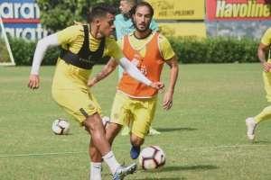 Richard Calderón junto a Sebastián Pérez (naranja) en una práctica de BSC. Foto Twitter BSC.