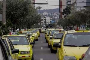 QUITO.- Integrantes de FEDOTAXIS llegaron hasta Carondelet para pedir al gobierno el pago de sus compensaciones. Foto: API