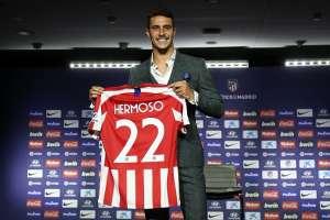 Mario Hermoso con su nueva camiseta. Foto Twitter Mario Hermoso.