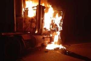 ELN incinera vehículos al noreste de Colombia. Foto: Referencial