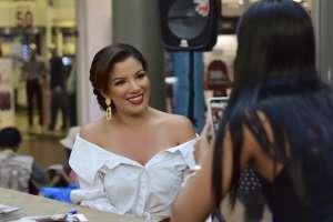 "GUAYAQUIL, Ecuador.- La hija de la ""Diva del Ecuador"" se fotografió con varios de sus seguidores."