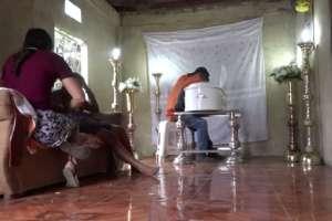PUEBLOVIEJO, Ecuador.- Los restos del menor son velados en casa de sus familiares.