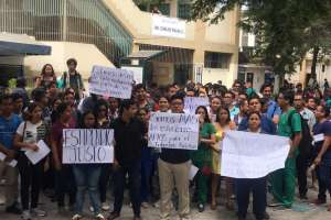 GUAYAQUIL, Ecuador.- Una disposición judicial suspendió sorteo de cupos para internado rotativo. Foto: César Velasteguí/Ecuavisa
