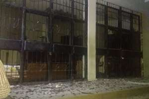 GUAYAQUIL, Ecuador.- La detonación destruyó ventanales y puertas de vidrio. Foto: Cortesía