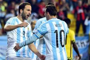 Gonzalo Higuaín y Lionel Messi, figuras de Argentina.
