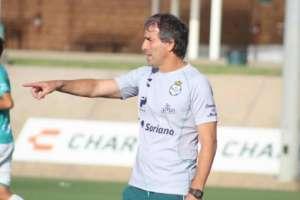 Guillermo Almada, con la camiseta de Santos.