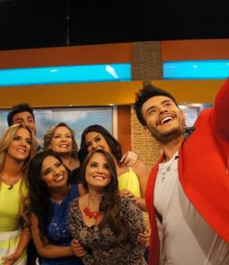 Los presentadores y reporteros durante un corte comercial sacando un selfie. Foto: Ecuavisa