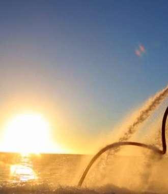 Flyboard: El flyboard se trata de un deporte acuático cuyo diseño consiste en una tabla bajo los pies que cuenta con dos potentes chorros de agua hacia abajo, al que lo usa lo lleva a volar sobre el agua, sumergirse en ella y hacer todo tipo de piruetas, según las habilidades y experiencia. // Foto: Buhomag