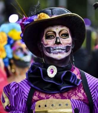 """La gente elegante participa en el """"Desfile de Catrinas"""" a lo largo de la Avenida Reforma, en la Ciudad de México / Fotos: AFP"""