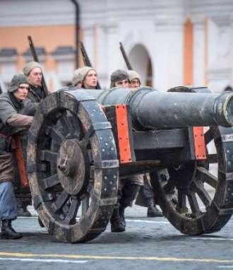 Los participantes se presentan durante el desfile militar en la Plaza Roja en Moscú el 7 de noviembre de 2017 / Fotos: AFP