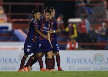 El ecuatoriano (medio) festeja su tanto