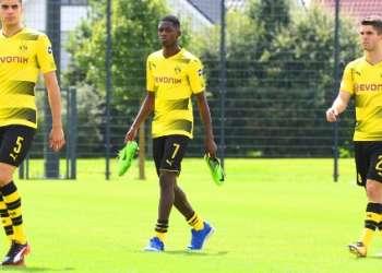 Ousmane Dembelé (c.) no ha ido a entrenar para forzar su salida hacia el conjunto español. Foto: AFP