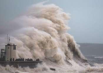 Las olas han castigado con severidad la costa de Gales con la llegada de la tormenta Brian. (Foto: Aaron Parsons Photography)