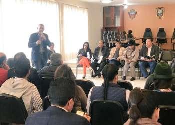 Autoridades participando en reunión convocada por GAD provincial de Cotopaxi para analizar el aeropuerto internacional Cotopaxi. Foto: @GADSigchos