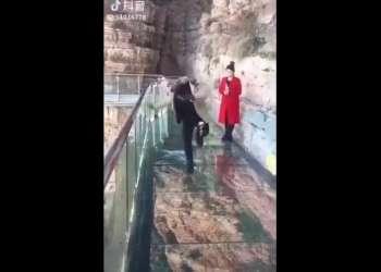 Video muestra el momento de terror que vivió turista en China. Foto: Captura