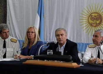 BUENOS AIRES, Argentina.- El ministro de Defensa argentino y otras autoridades se dirigen a la prensa tras hallazgo. Foto: AFP.
