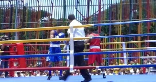 El boxeador ecuatoriano (d.) ganó por decisión dividida de los jueces. Foto: Tomada de la cuenta Twitter @ECUADORolimpico