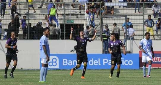 Carlos Garcés (c.) dio la asistencia para el primer gol y convirtió el tercero del Delfín. Foto: API