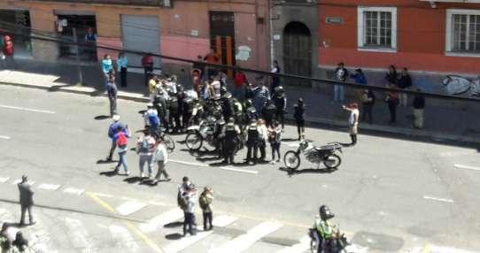 Alumnos protagonizaron protesta a favor de docente acusado de agresión. Foto: Twitter Policía Nacional.