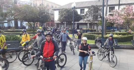 QUITO, Ecuador.- Decenas de ciclistas se dieron cita en la Plaza Grande para apoyar a Felipe Endara. Foto: @BETTYONTANEDA