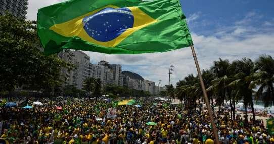 Simpatizantes asisten a un mitin en la playa de Copacabana Foto: AFP