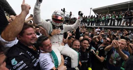 SAO PAULO, Brasil.- Hamilton celebra junto a su equipo esta nueva victoria. Foto: AFP