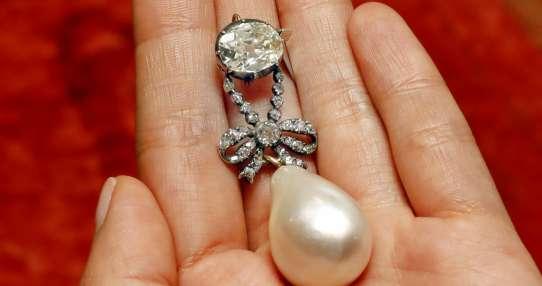 Pendiente de perla y diamante de la reina María Antonieta del siglo XVIII, exhibido en Sotheby's en Nueva York. Foto: AP