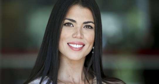 La venezolana Andrea Díaz, Miss Chile, posa para una fotografía en una clase de modelaje. Foto: AP