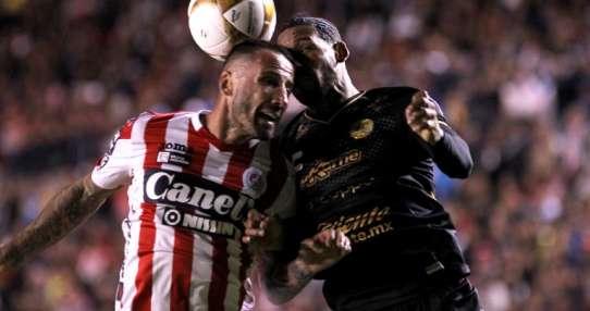SAN LUIS POTOSÍ, México.- Pedro Álvarez y Vinicio Angulo pelean por el balón. Foto: AFP