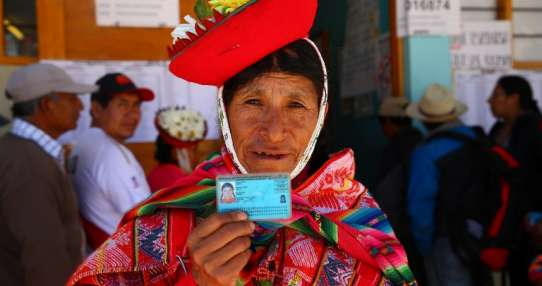 OLLANTAYTAMBO, PERÚ,- Mujer muestra su credencial de votación, prueba de su participación en el referéndum peruano. Foto: AFP.