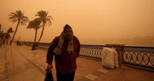 Un hombre camina cerca del Río Nilo el miércoles. Foto: Reuters