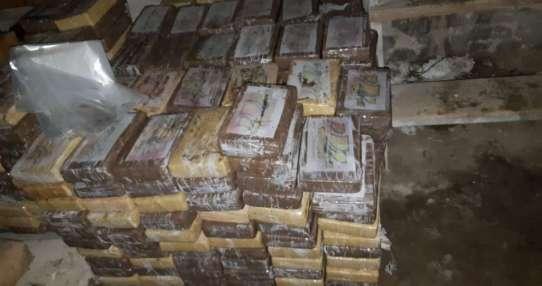 MUISNE, Ecuador.- La policía allanó un centro de acopio en donde se encontraron 991 paquetes de cocaína. Foto: Policía